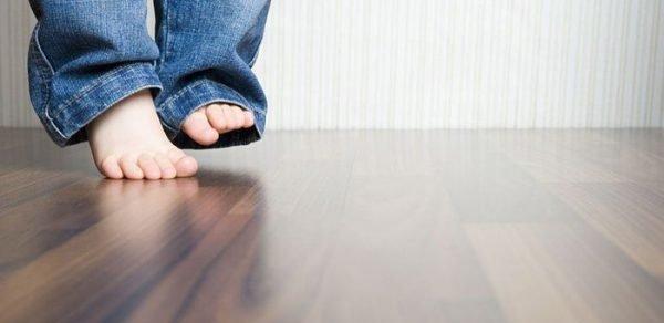 """15 thói quen xấu đang """"phá hủy"""" đôi chân bạn hằng ngày"""